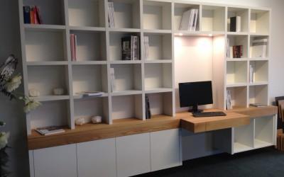 Boekenkast, zwevend, blad massief eiken (te bekijken in onze showroom)