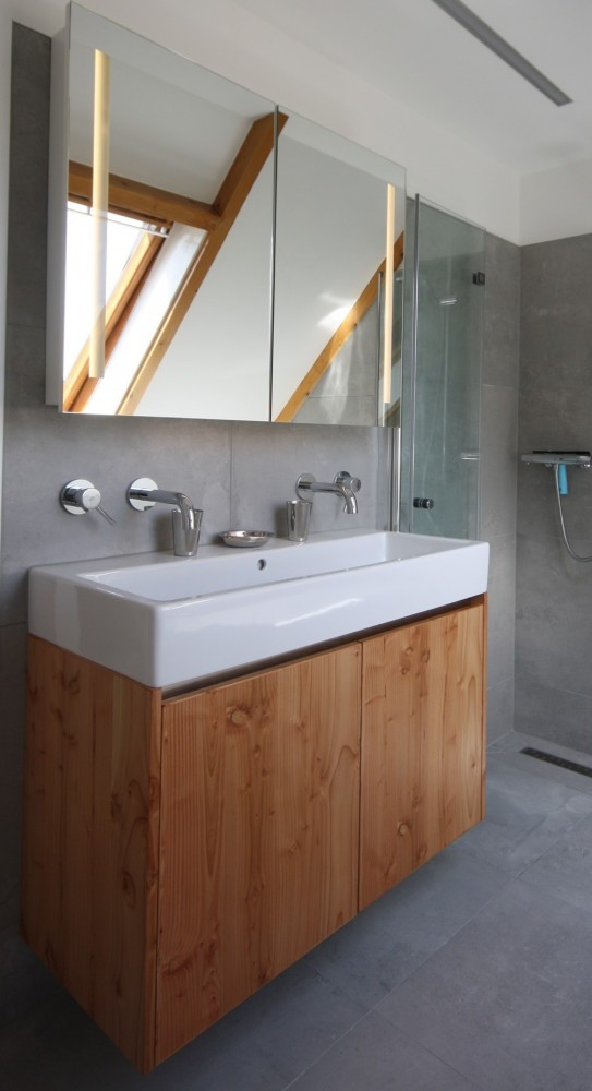Badkamermeubel, materiaal: drielaags, geborsteld Douglas hout, dit vergeelt niet, ledstrips schijnen door de spiegel heen