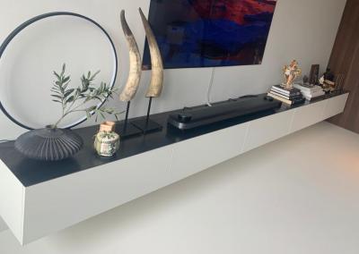 Hangend dressoir, materiaal gemelamineerde plaat en stalen blad