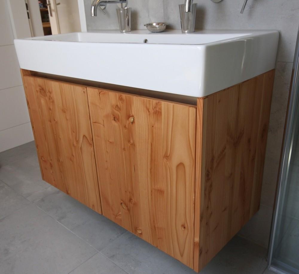 Badkamermeubel, onderkant; materiaal: drielaags, geborsteld Douglas hout, dit vergeelt niet, greeploos, gewhite-washed en gelakt