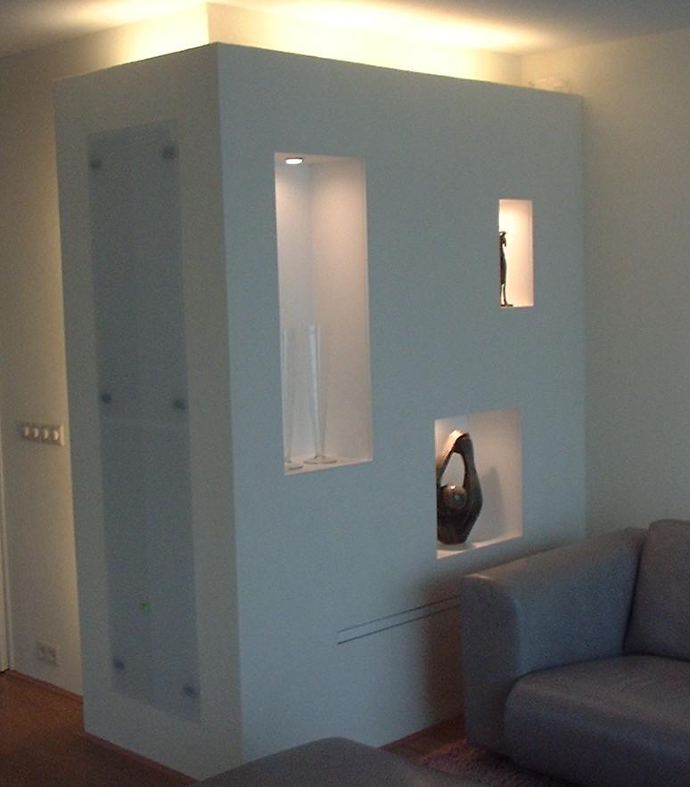 Gestuukte voorzetwand en CD-kast, openingen afgewerkt met aluminiumstrips, TL-verlichting warm-wit, dimbaar