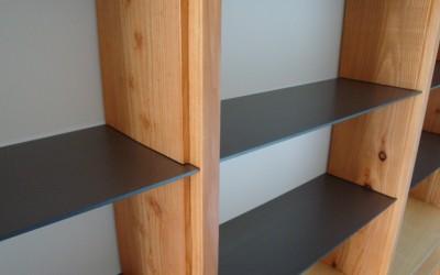 Detail, grijs-stalen platen in larix houten boekenkast
