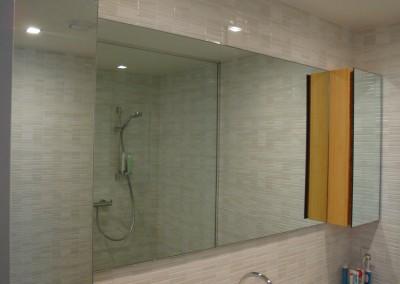Badmeubel: spiegel en spiegelkasten met bamboehout