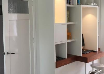 Zwevende boekenbureaukast met ledverlichting, blad teakhout fineer