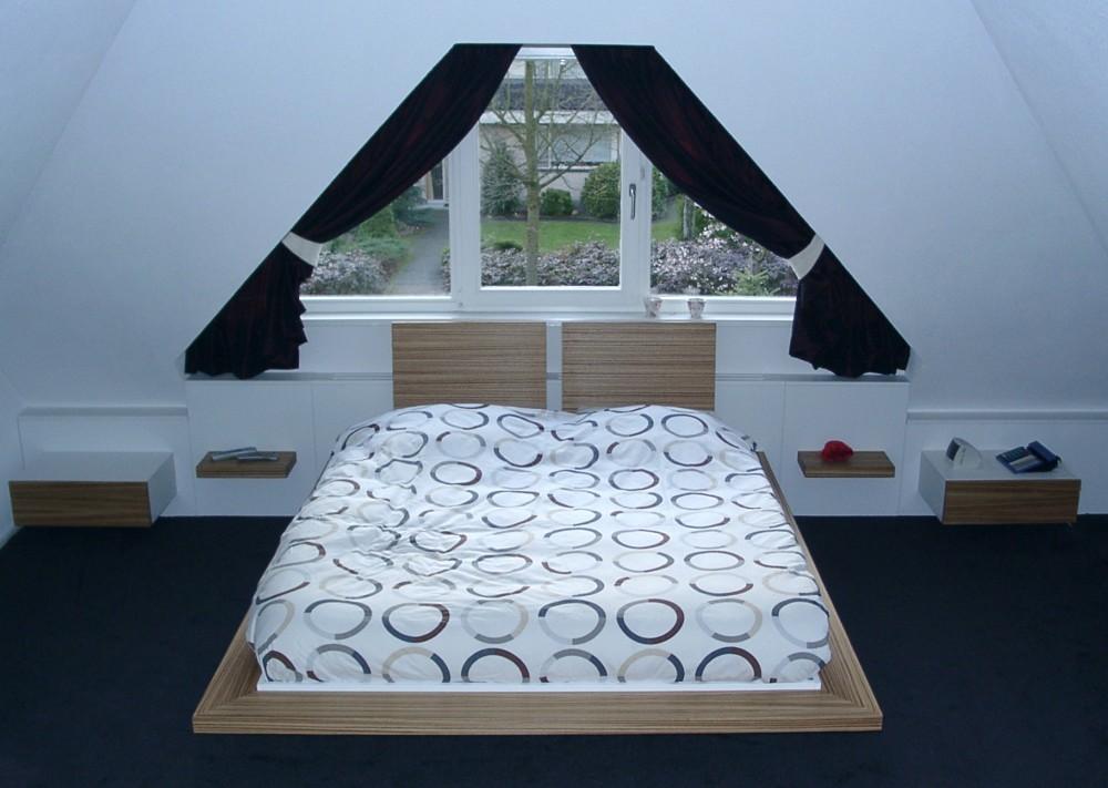 Zwevend bed, verwarming achter bed; achterwand kamerbreed, materiaal: MDF zebranofineer