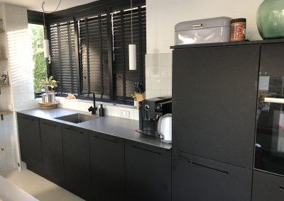 Keuken, materiaal deuren: mat zwart fenix (vingerafdruk- en vetvrij en krasbestendig), stalen blad
