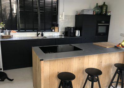 Keuken, kookeiland vooraanzicht eiken panelen, stalen blad, materiaal deuren: mat zwart fenix (vingerafdruk- en vetvrij, krasbestendig)