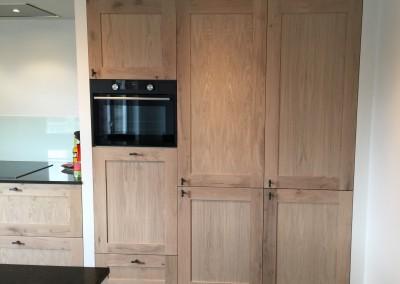 Keuken, op maat gemaakte paneeldeuren, materiaal eiken white wash, hoge kast ingebouwd in nis