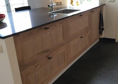 Keuken, op maat gemaakte paneeldeuren, materiaal eiken white wash, blad composiet 20 mm