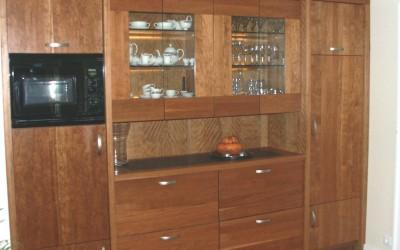 Massief kersenhouten keukenmeubel met koelkast, magnetron en wijnkast, verlichting achter glasplaten in vitrinekast