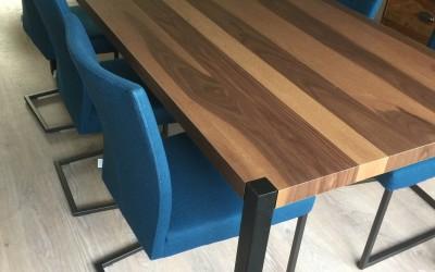 Notenhouten tafel, onderstel zwart gepoedercoat, ontwerp StijlApart