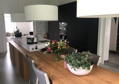 Keukenblok welke overgaat in tafel, materiaal keuken: Fenix, dit is supermat, krasvast en vlekvrij, tafel massief eiken, lampen en afzuigkap hebben hetzelfde uiterlijk