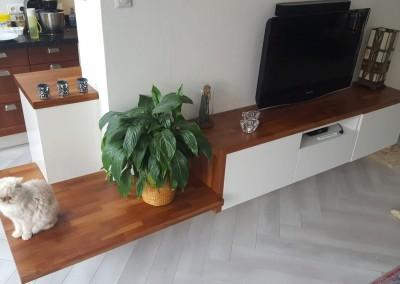 Plank (acacia) op bestaand dressoir en keukenkastje en zitgedeelte gecreëerd (ontwerp StijlAPART)