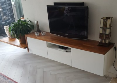 Plank (acacia) op bestaand dressoir en zitgedeelte gecreëerd (ontwerp StijlAPART)