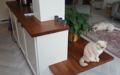Plank (acacia) op bestaand keukenkastje en zitgedeelte gecreëerd  (ontwerp StijlApart)