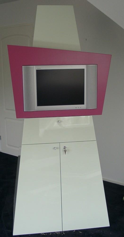 TV-meubel, afsluitbaar en verrijdbaar,  lichtgroen hoogglans gespoten met een omlijsting in de kleur cyclaam