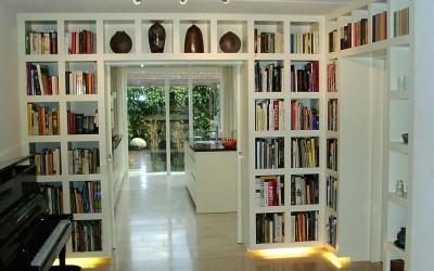 Boekenwandmeubel met verlichting er onder