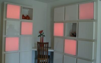 """Vakkenkast met """"frosted acryl"""" deuren waar instelbare rood-groen-blauw (RGB) verlichting in schijnt"""