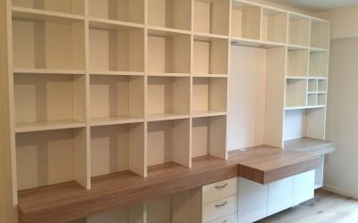 Vrijhangende boekenbureaukast, 3,5 m. lang, eiken blad