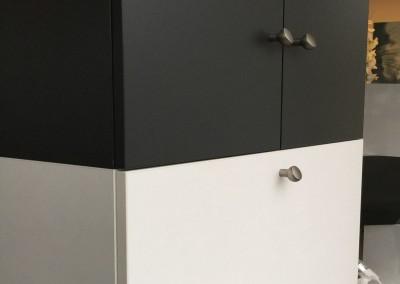 Zwart-wit kast, per element van 2 deuren € 175, ook leverbaar in geheel wit of zwart