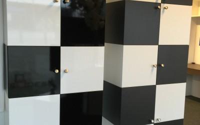 Zwart wit kast, per element van 2 deuren € 175. Ook leverbaar in geheel wit of zwart of met klep
